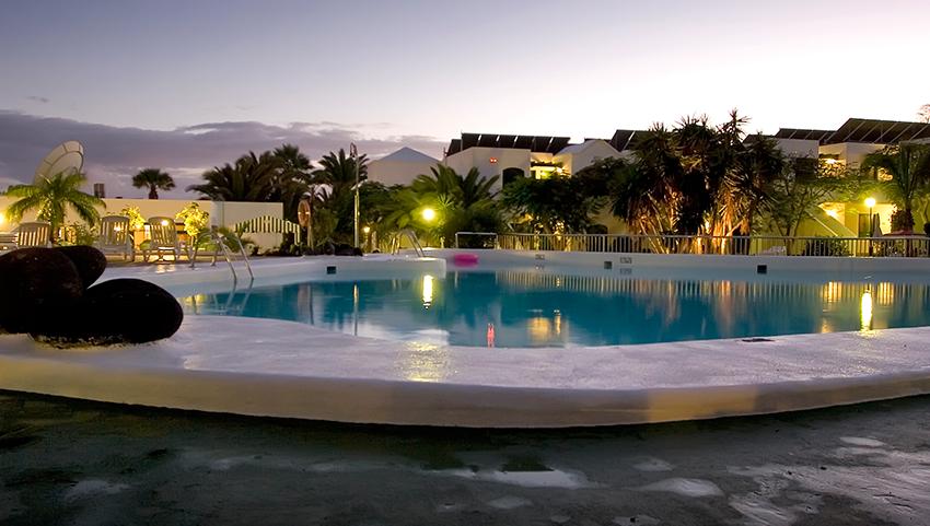HG-lomo-blanco-piscina-noche